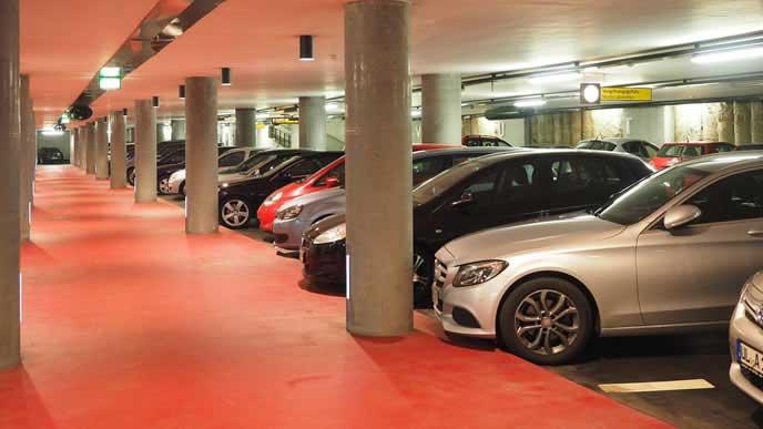 高級車が並ぶ屋内駐車場