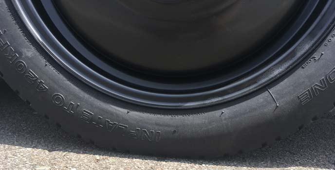 テンパータイヤ側面記載の空気圧