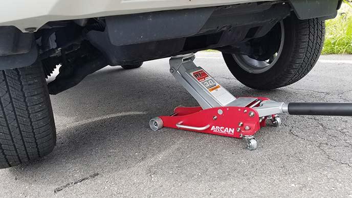 脱輪した車を油圧ジャッキで救出