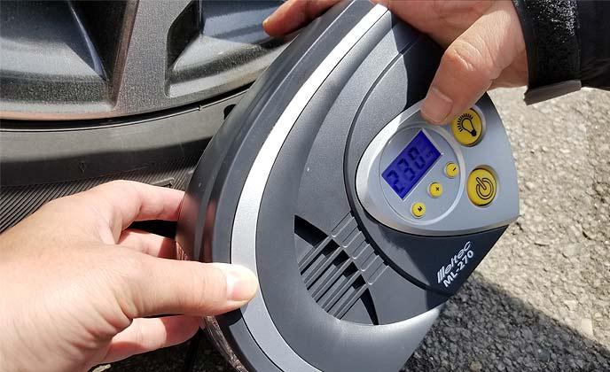 空気圧をチェックする男性