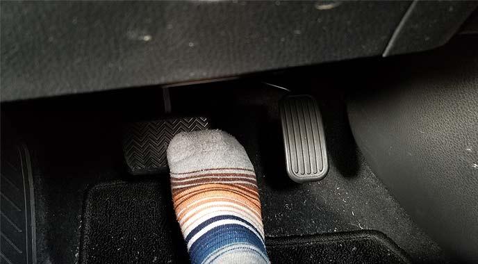 軽くブレーキを踏むと回生ブレーキが効く車種もある