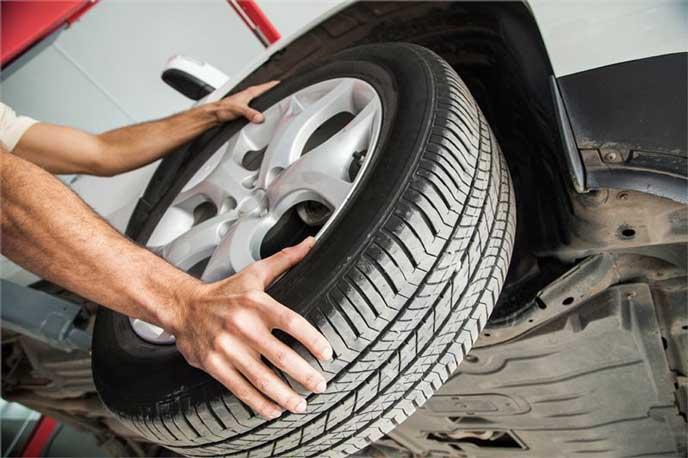 車のタイヤ交換をする自動車整備士