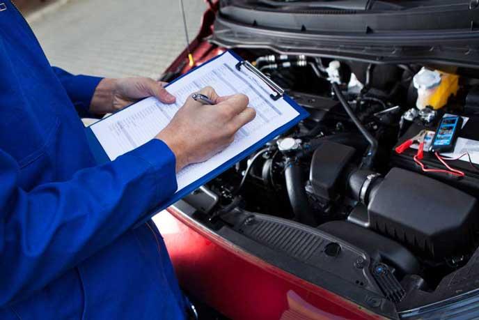 車検の点検項目に印をつける整備士