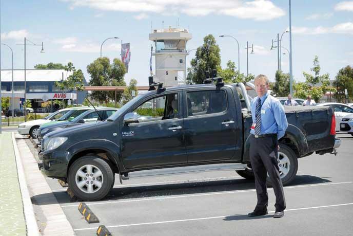 車中泊の人を注意する保安員