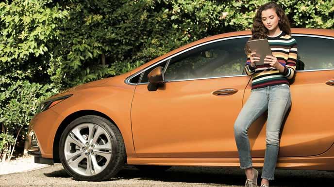 車中泊できる施設を調べる女性