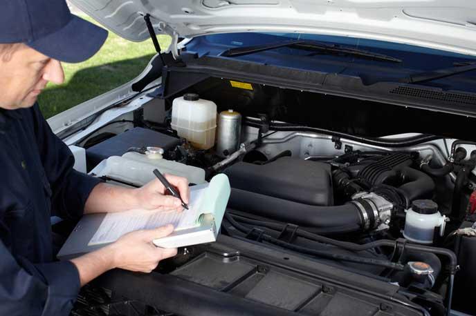 2年毎の車検をする自動車整備士