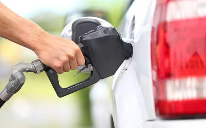 ガソリンスタンドで給油する男性