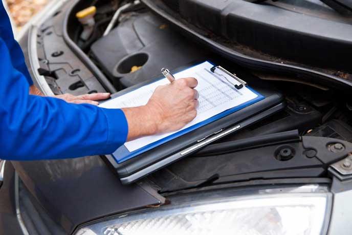 車の点検をする自動車整備士