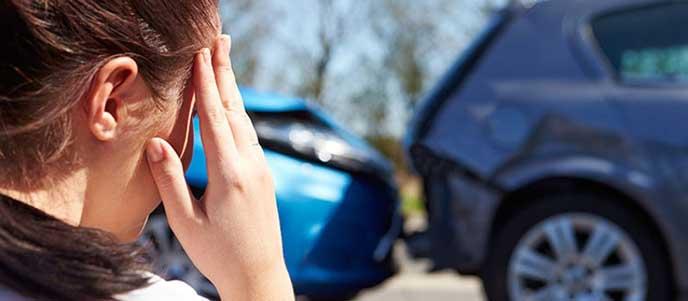 事故を起こしたが任意保険に入っていないため困る女性