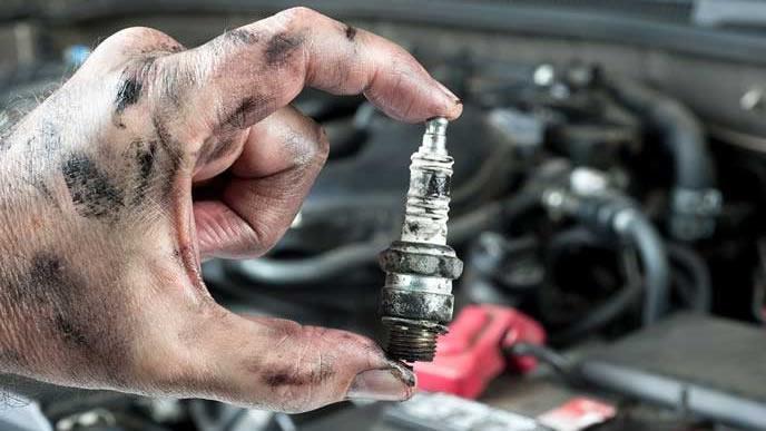 自動車整備士が交換した古いスパークプラグ