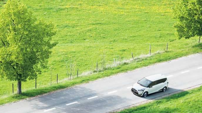 田舎道を走るシエンタ