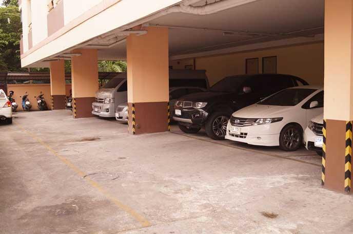 マンションの屋外にある駐車場