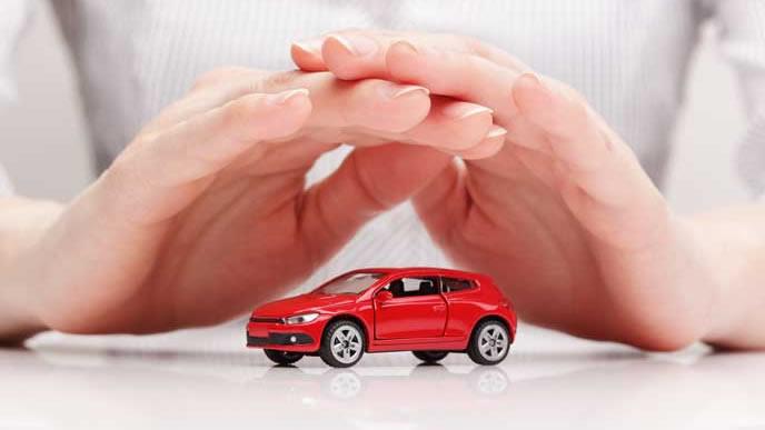 赤い車を守る男性