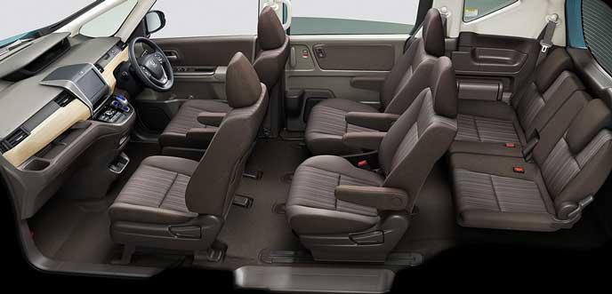 モカのファブリックシートと白木目調のインパネ内装の新型フリード
