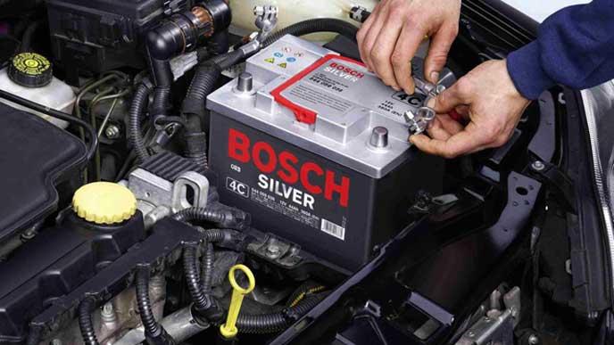 バッテリーを交換する整備士