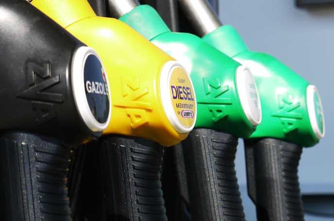 様々な種類の燃料を扱うガソリンスタンド