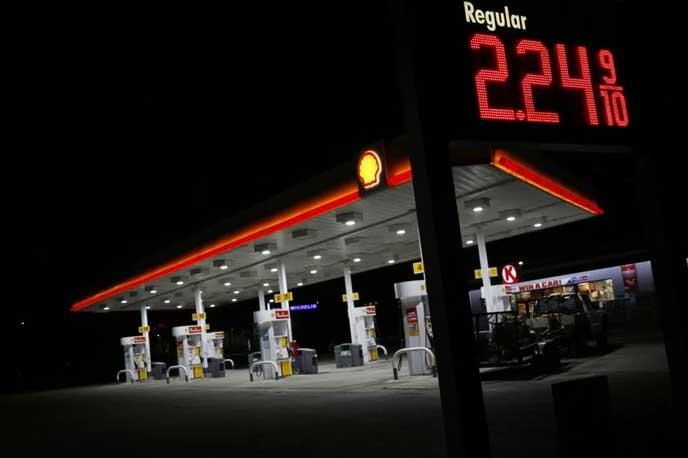 24時間営業中のガソリンスタンド