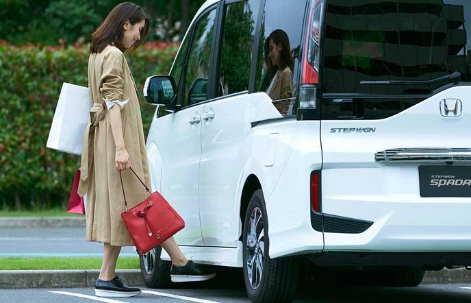 新型ステップワゴンで買い物を楽しむ女性