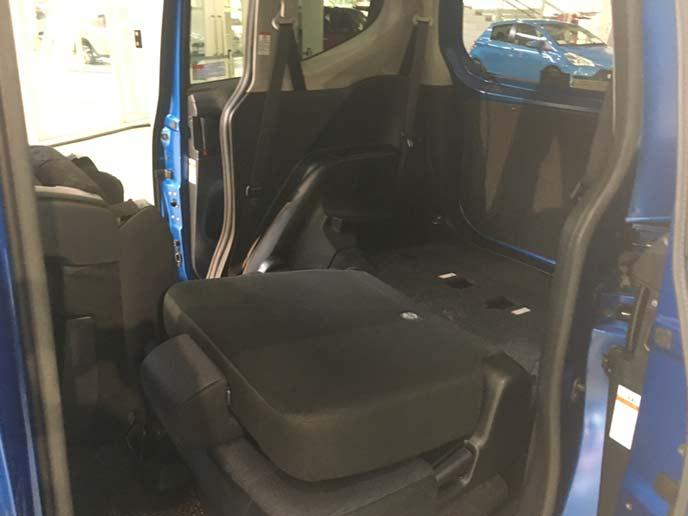 ブルーメタリックの新型シエンタの3列目シート