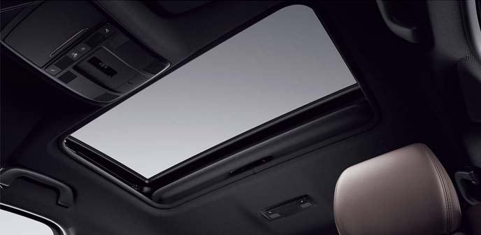 新型CX-8のチルトアップ機構付き電動スライドガラスサンルーフ