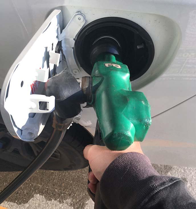 車に軽油を入れる男性