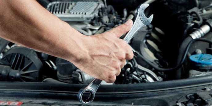 軽自動車を整備する男性