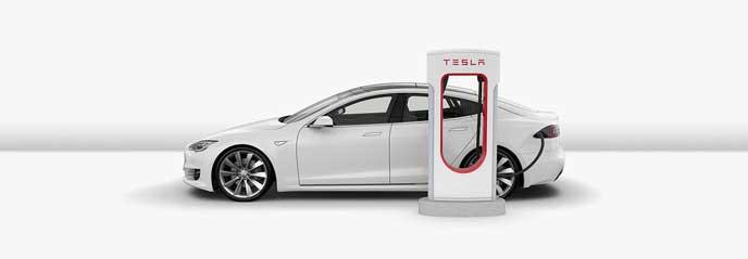 スーパーチャージャーで充電するテスラの車