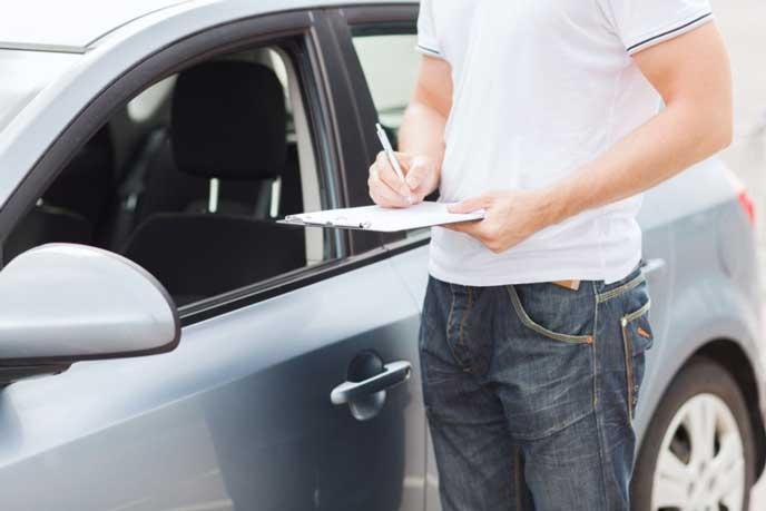 自動車の検査をする男性