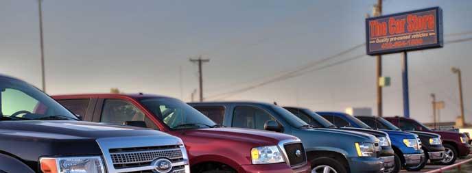 様々なセグメントの車が並ぶ駐車場