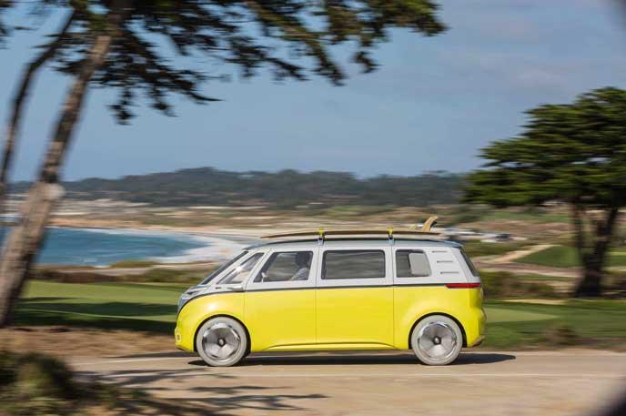 海岸線を走るVWの新型EV車ID BUZZ