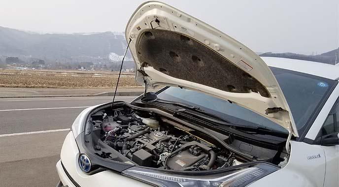 ボンネットを上げた車
