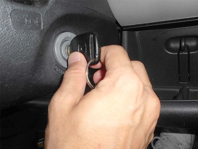 車のキーを回す