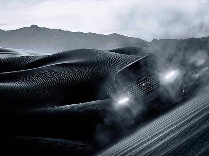 砂漠を走るランドクルーザー200系