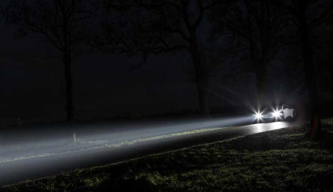 暗闇をドライブする車