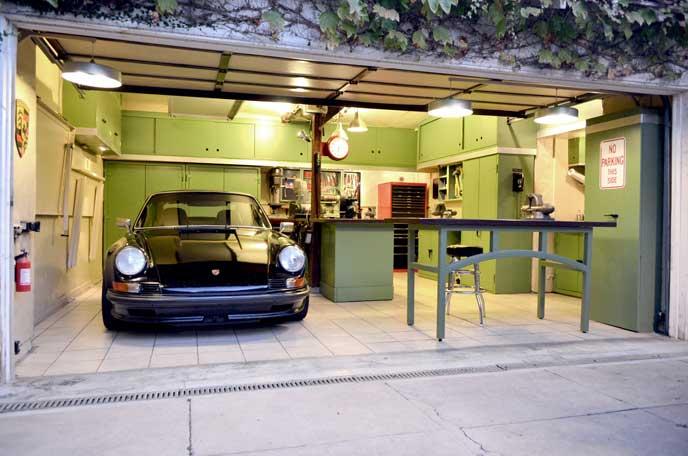 室内にある車を保管するガレージ