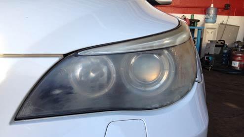 ヘッドライトの黄ばみが起こる原因と自分で出来る除去方法