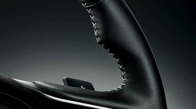 新型レガシィB4 Limitedの本革巻きステアリングホイール