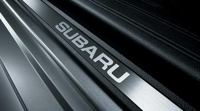 新型レガシィB4 Limitedのロゴ入りステンレス製サイドシルプレート