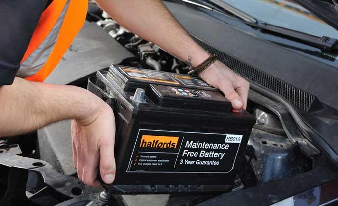 寒冷地仕様のバッテリーに交換する男性