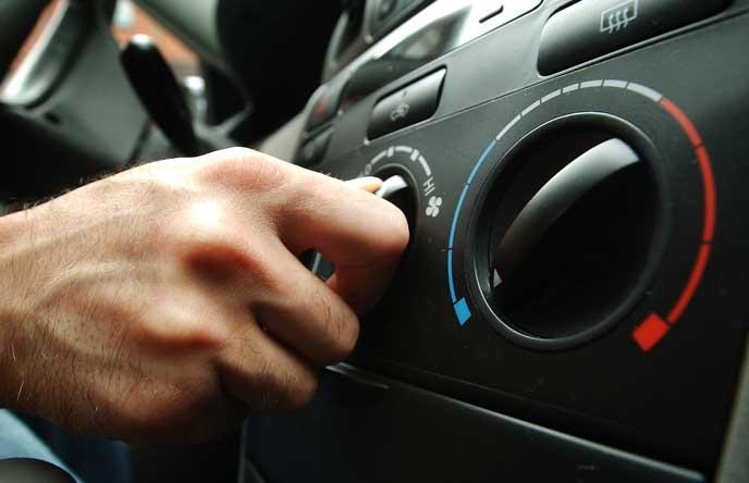 エアコンを作動させるドライバー