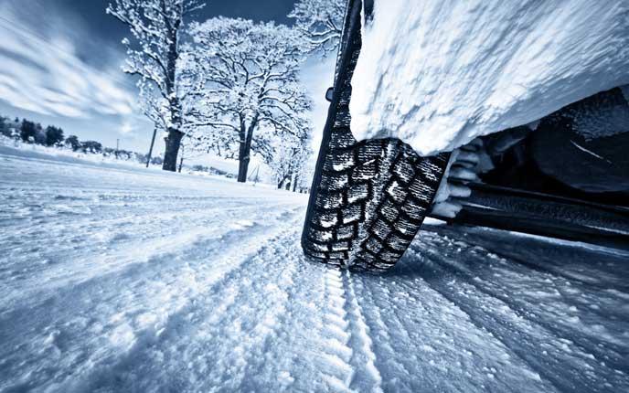 雪深い地域を走る車