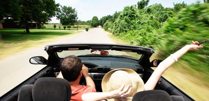 レンタカーでドライブを楽しむカップル