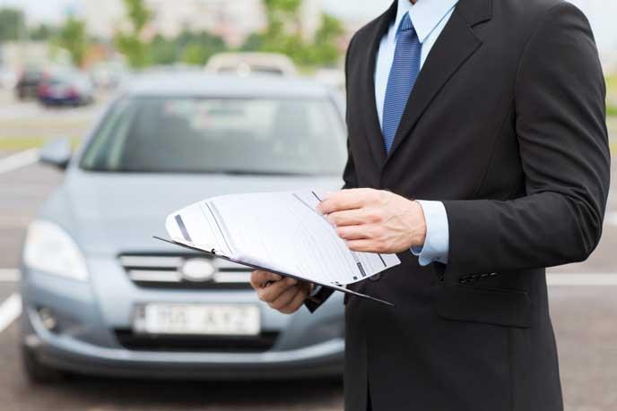 レンタカーを点検する男性