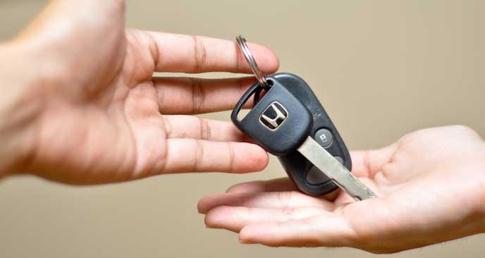 レンタカーの契約をする女性