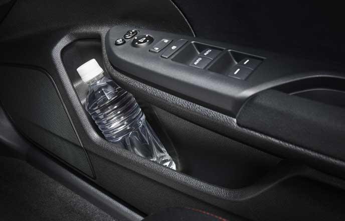 新型シビック タイプRのボトルホルダー付フロントドアポケット