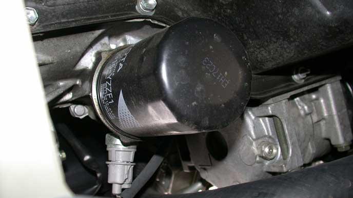 エンジンオイルをろ過するオイルフィルター