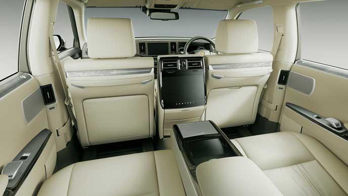 内装色フロマージュとアッシュ杢を使った極美革のトヨタ新型センチュリー
