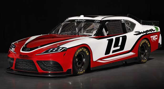 NASCARに参戦する新型スープラのフロントビュー