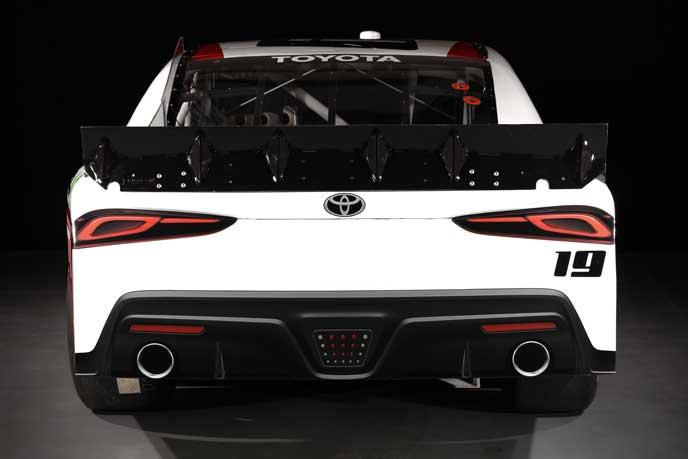 NASCARに参戦する新型スープラのリアビュー