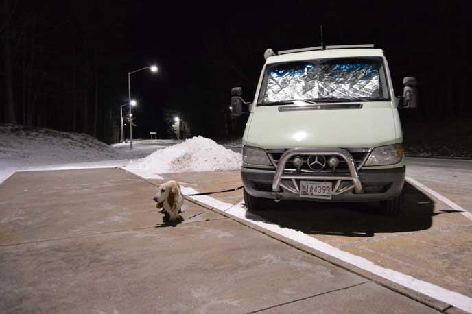 真冬に犬を連れて車中泊する車
